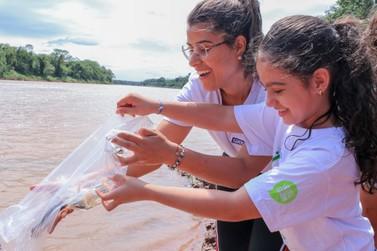 Comunidade participa de soltura de peixes no Rio Ivaí, em Douradina