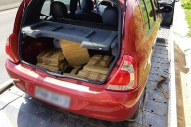 Homens são presos transportando droga em bagageiro de carro guinchado