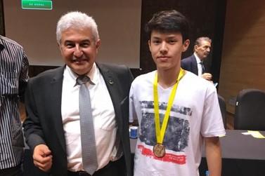 Jovem de Douradina recebe medalha de Ouro do ministro da Ciência, Marcos Pontes