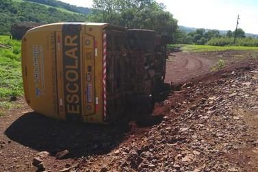 Ônibus escolar tomba com oito crianças dentro, em Cascavel