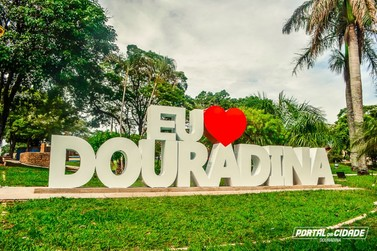 """Letreiro turístico """"Eu Amo Douradina"""" declara amor pela cidade"""