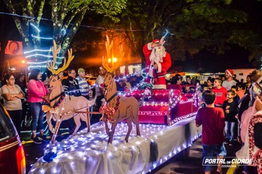 Papai Noel chega de trenó e abre oficialmente o natal em Douradina