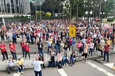 Professores e funcionários da rede estadual encerram greve