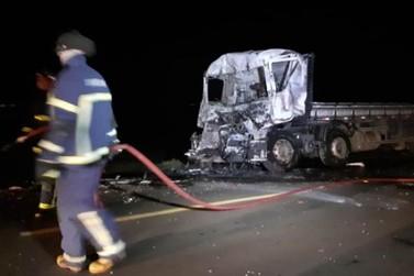 Motorista morre carbonizado após acidente envolvendo caminhões na PR-323