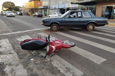 Colisão entre carro e moto deixa duas pessoas feridas no centro de Douradina