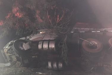 Acidente grave entre dois caminhões deixa duas vítimas feridas próximo a Ivaté