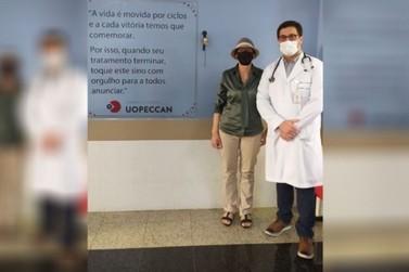 Paciente toca sino da vitória após vencer luta contra câncer em Umuarama; VÍDEO