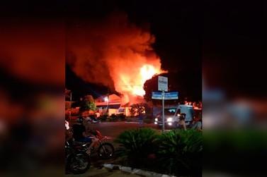 Residência de madeira fica destruída após incêndio no centro de Pérola