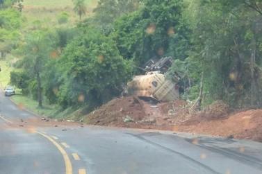 Caminhão tomba e motorista fica preso nas ferragens entre Ivaté e Icaraíma