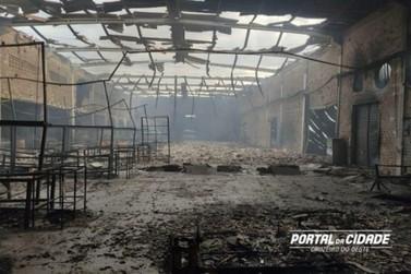 Incêndio destrói fábrica de estofados em Cruzeiro do Oeste; com vídeo