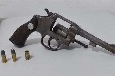Homem é preso em Ivaté por disparar arma em quarto onde havia duas crianças
