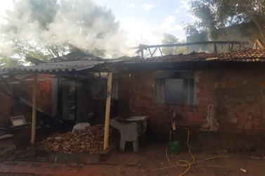 Casa pega fogo em Douradina após tentativa de conter abelhas