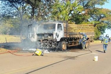 Caminhão pega fogo na rodovia PR-482, próximo a Maria Helena