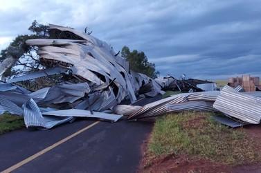 Vendaval arremessa cobertura de barracão na PR-567 e deixa rodovia interditada