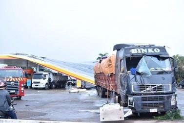 Caminhão atinge bombas de combustíveis e causa fogo em posto na PR-323; vídeos