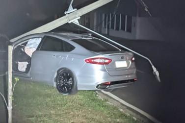 Motorista embriagado derruba poste de iluminação em avenida de Umuarama