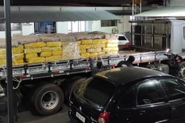 Quase quatro toneladas de maconha são apreendidas na PR-323, em Umuarama