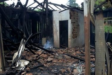 Adolescente ateia fogo em casa da avó