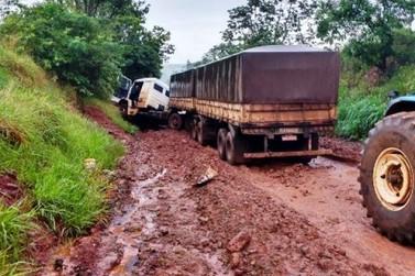 Caminhão atola e interdita rodovia entre Tuneiras e Moreira
