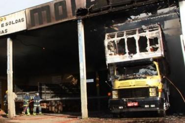 Caminhão pega fogo dentro de posto de molas na PR-323