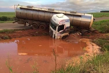 Carreta sai da pista após problema mecânico em Alto Piquiri