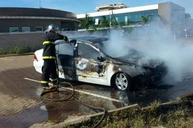 Carro pega fogo em Cruzeiro do Oeste