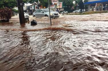 Chuva alaga ruas e casas de Umuarama na tarde desta quarta-feira