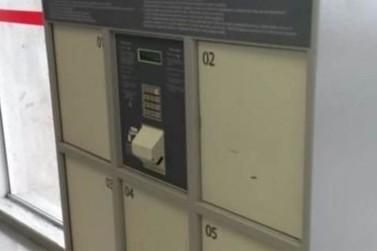 Criança fica presa em guarda-volumes de agência bancária