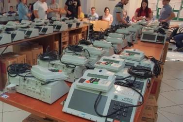 Distribuição de urnas eletrônicas começou nesta sexta-feira