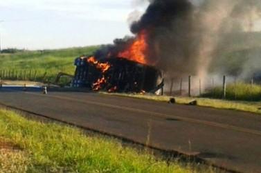 Caminhão de combustível de Cafezal do Sul pega fogo após tombar na PR 468