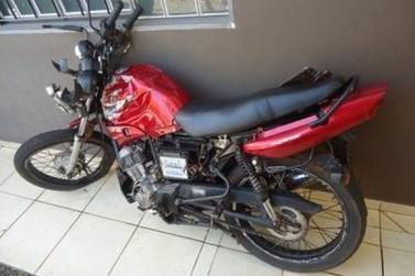 Condutor de motocicleta colide contra carreta em Ivaté