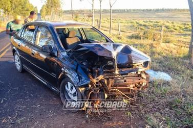Homem fica ferido após bater carro contra árvore na PR-680, em Douradina