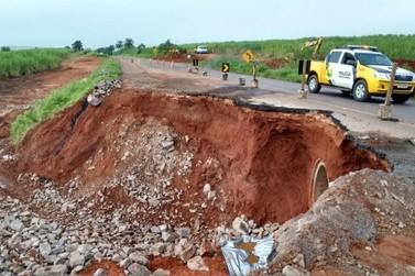 Cratera se abre na PR 486 e dificulta trânsito em Alto Piquiri