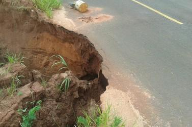 Alerta! Chuva abre cratera no trecho entre Douradina e Maria Helena