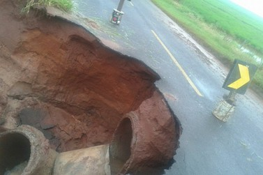 Cratera aumenta entre Douradina e Maria Helena e toma metade da rodovia