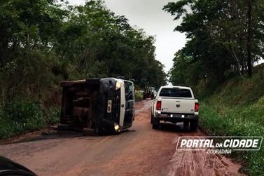 Ambulância de Ivaté tomba em rodovia, próximo a Herculândia