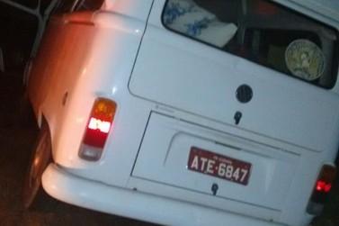 Motorista dorme ao volante e bate Kombi em poste na entrada de Douradina