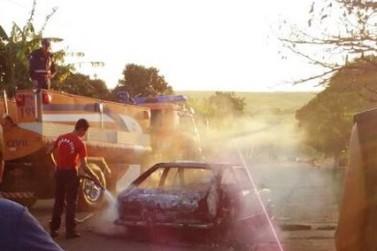 Homem amarra mulher dentro de carro e coloca fogo no veículo