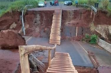 Moradores improvisam passarela sobre ponte que liga Icaraíma a Naviraí