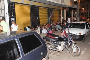 Pessoas dormem na fila para garantir vaga de emprego em Cruzeiro do Oeste