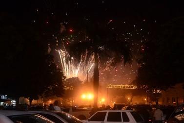 População prestigia virada do ano na praça Eduardo Ribeiro