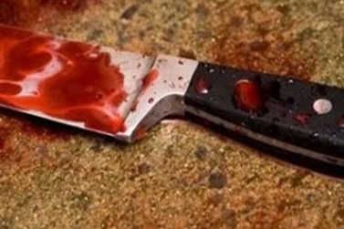 Homem é encontrado com faca cravada no pescoço