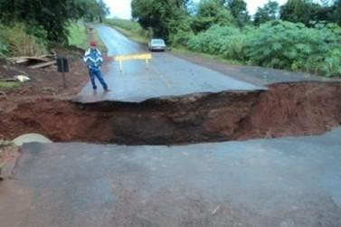 Rio transborda e interdita trecho da rodovia PR-323