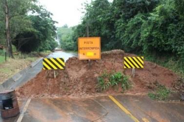 DER orienta caminhoneiros a evitarem desvio da PR 477, em Cruzeiro do Oeste
