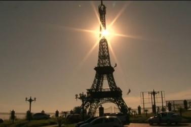Em Umuarama, réplica da Torre Eiffel faz sucesso entre praticantes de rapel