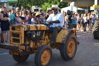 Desfile pelo centro da cidade marcou o 30º aniversário de Douradina