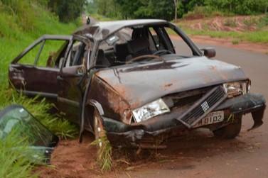 Condutor perde controle de carro e capota em Douradina