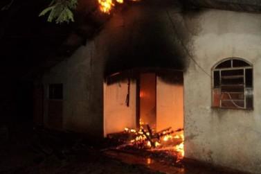 Pérola: Casa é destruída pelo fogo