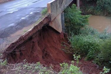 DER faz manutenção na ponte do rio 215 em Icaraíma