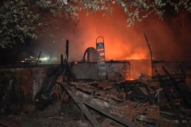 Residência é tomada pelo fogo e idosa tem 36% do corpo queimado